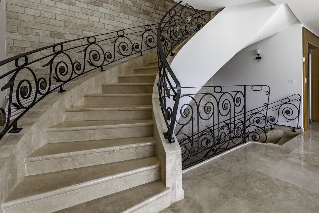 מדרגות פנים שיש