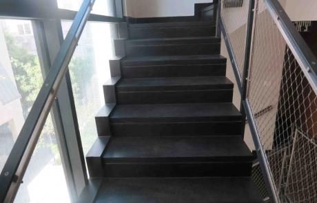 מדרגות בזלת שחורות