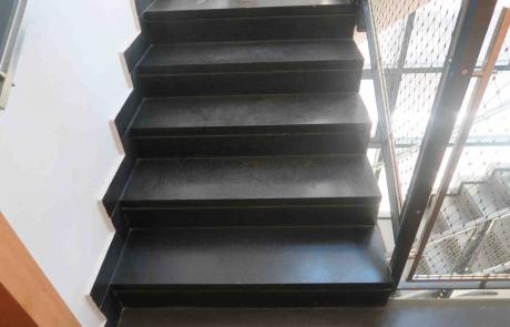 מדרגות מבזלת בצבע שחור