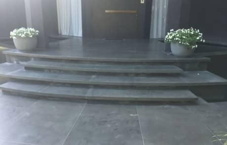 מדרגות חוץ שחורות בזלת